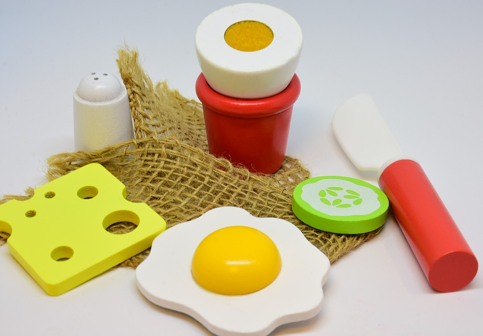 play kitchen utensils and food
