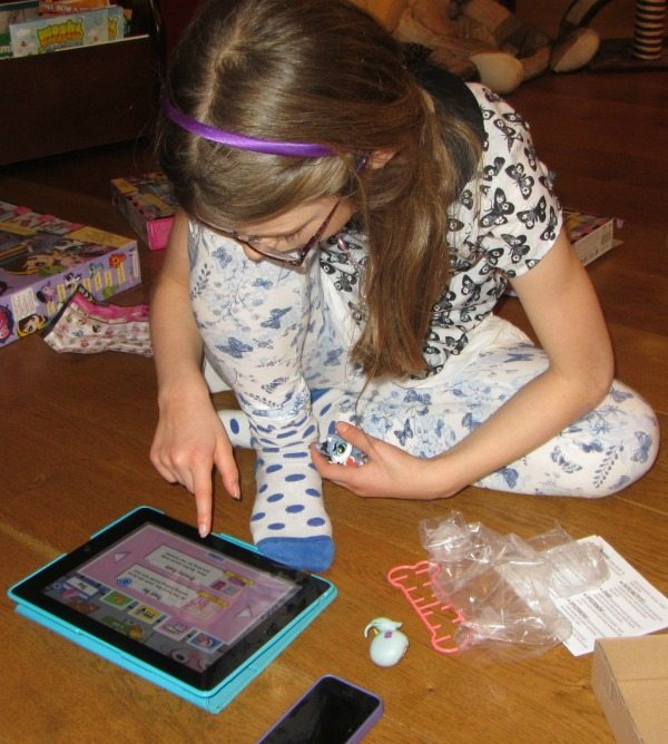 Playing with the LPS Littlest Pet Shop App